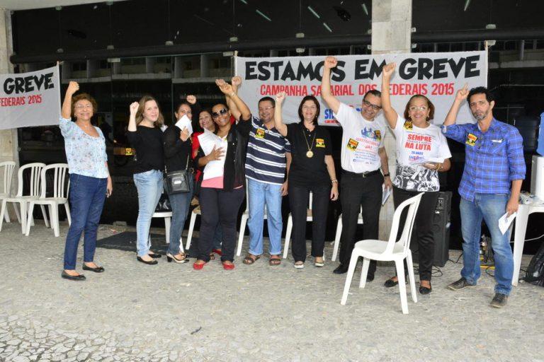 Irineu Messias, na greve dos servidores do INSS e Previdência Social, em frente a Superintendência Regional Nordeste do INSS.