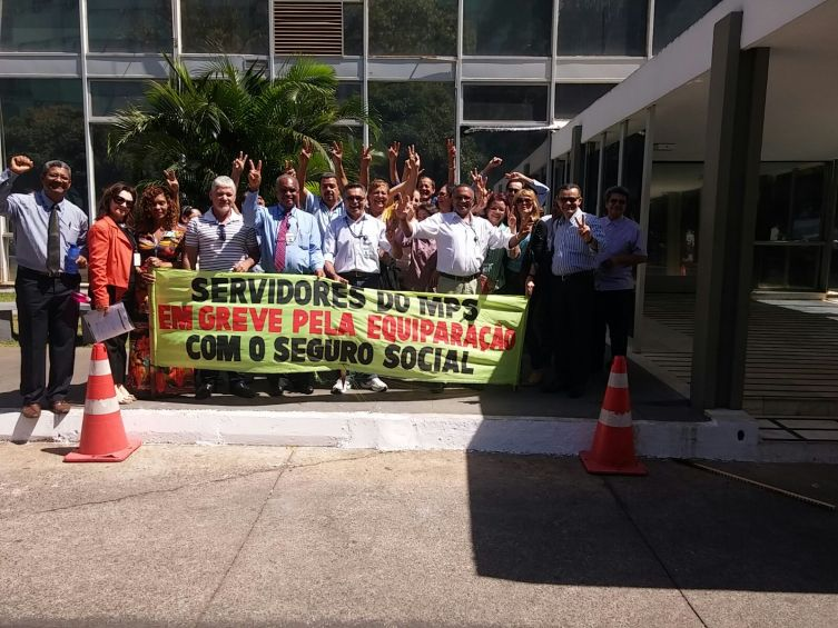 Servidores em frente ao MPS, firmes e unidos pela equiparação salarial