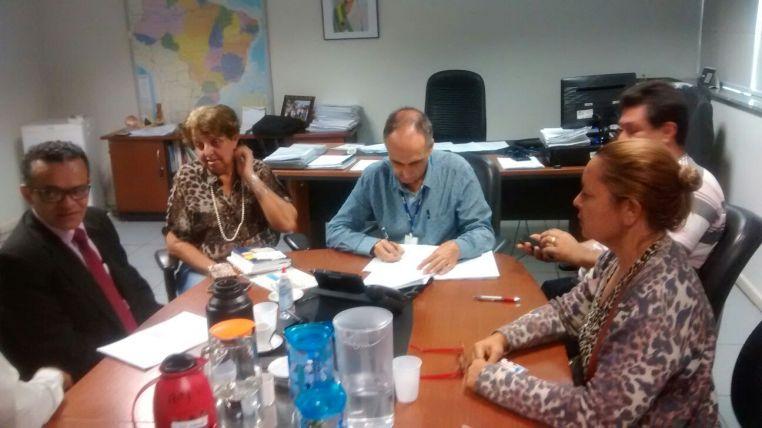 José Nunes, Diretor Geral de Gestão de Pessoas do INSS, recebe formalmente os pedidos de redistribuição e declara apoio a nossa equiparação salarial