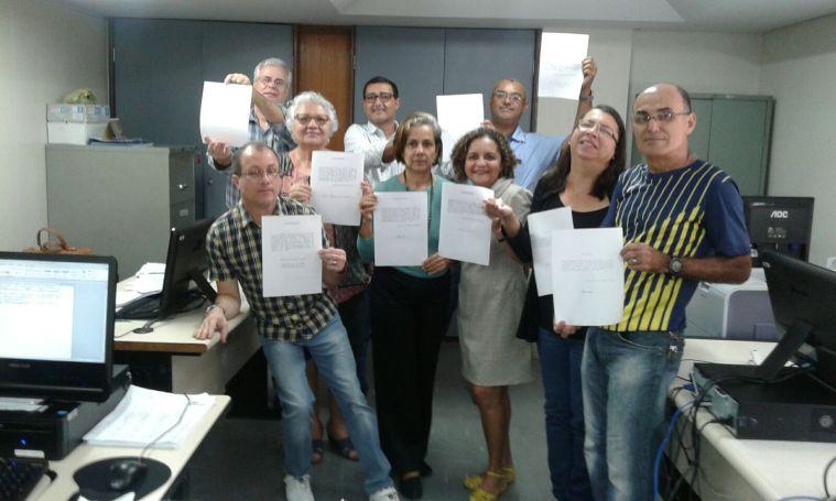 Servidores de PE, exibem seus pedidos de redistribuição